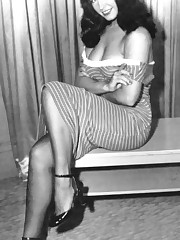 Kinky nude Betty Page up skirt pic